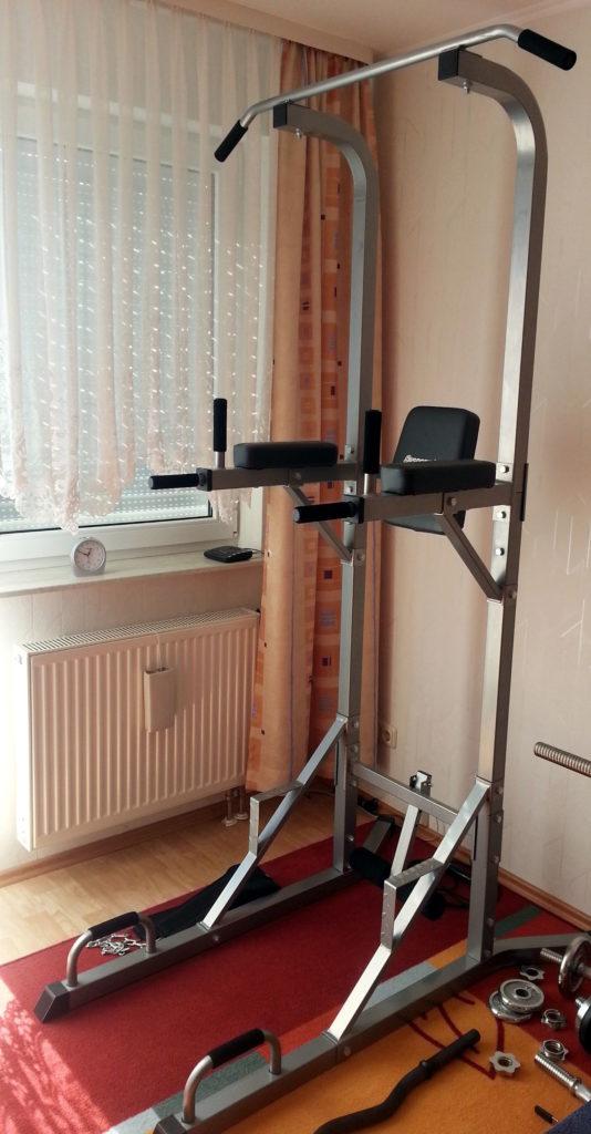 Eine Station um mit dem eigenen Körpergewicht zu trainieren, primär für Klimmzüge und Dips